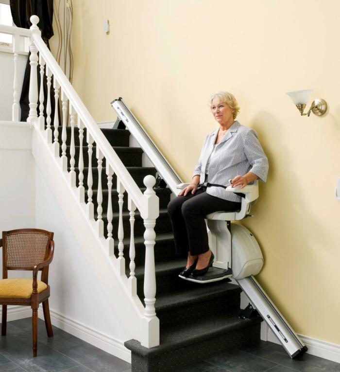 treppenlifte-eine-alte-dame-sitzt-auf-dem-stuhl