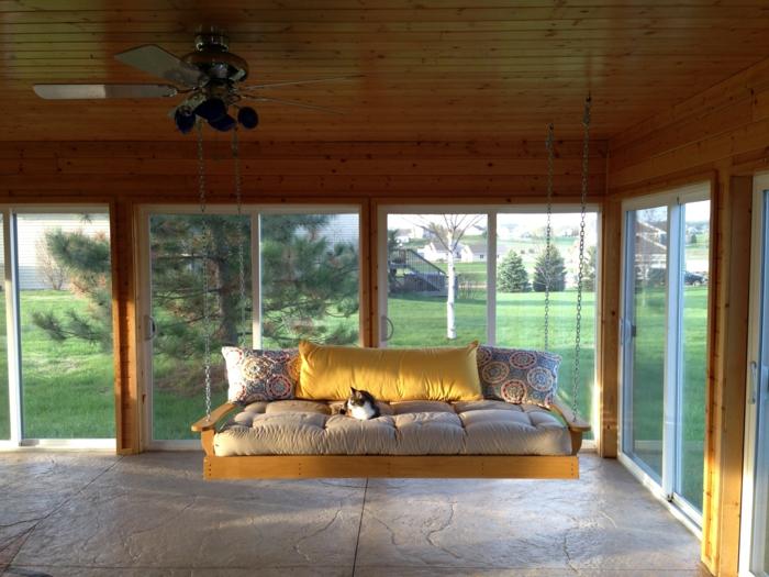veranda-schaukel-gläserne-wände-überdachter-raum
