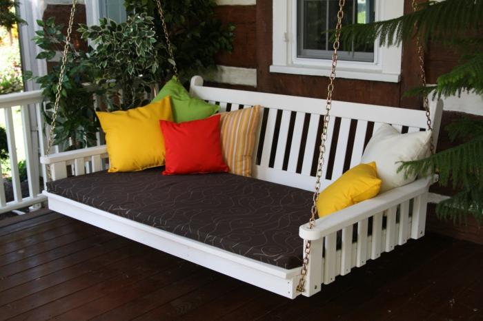 veranda-schaukel-großes-modell-mit-bunten-dekokissen