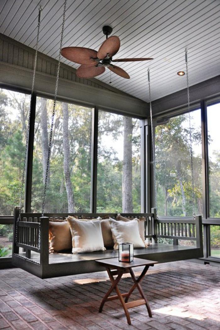 veranda-schaukel-im-raum-mit-gläsernen-wänden