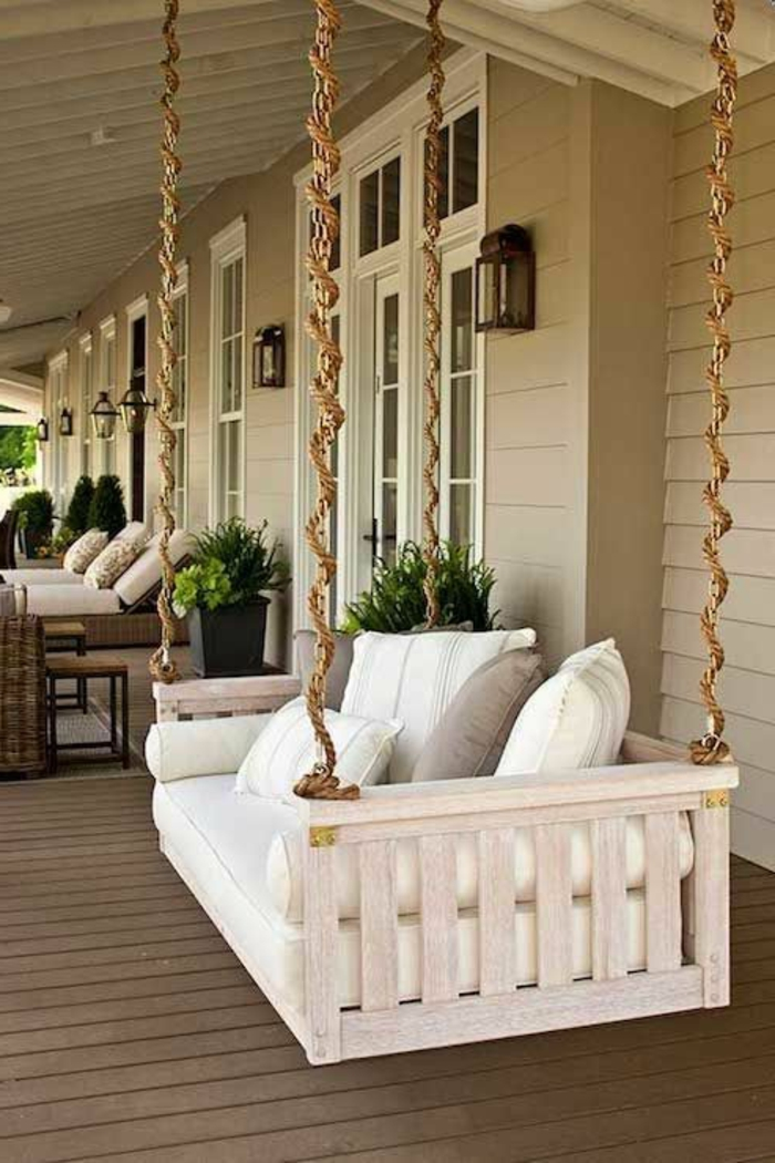 veranda-schaukel-mit-großen-weißen-kissen