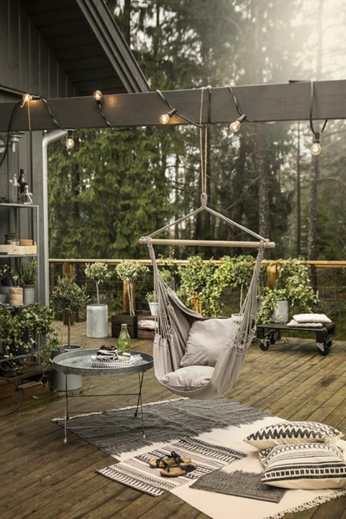 veranda-schaukel-teppich-und-bodenkissen-darunter