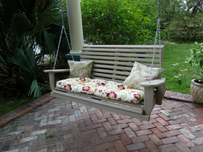 veranda-schaukel-zwei-graue-dekorative-kissen