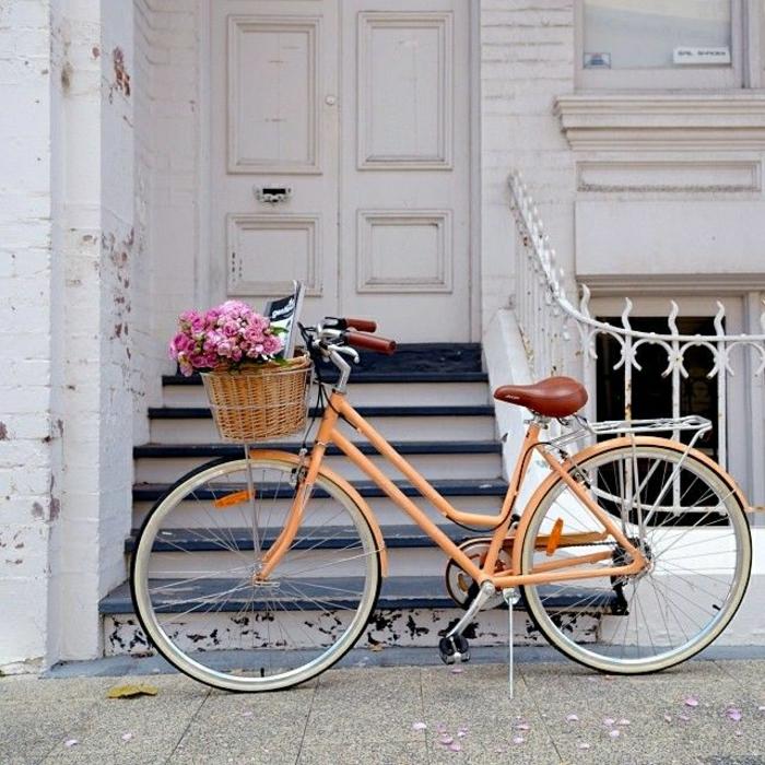 vintage-Fahrrad-Korb-rosa-Blumen-Zeitschrift-Treppen-Haustür
