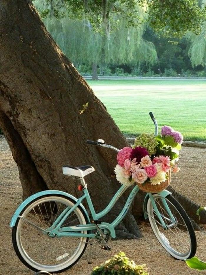 vintage-Fahrrad-Minze-Farbe-Korb-Blumen-Baum-Gras