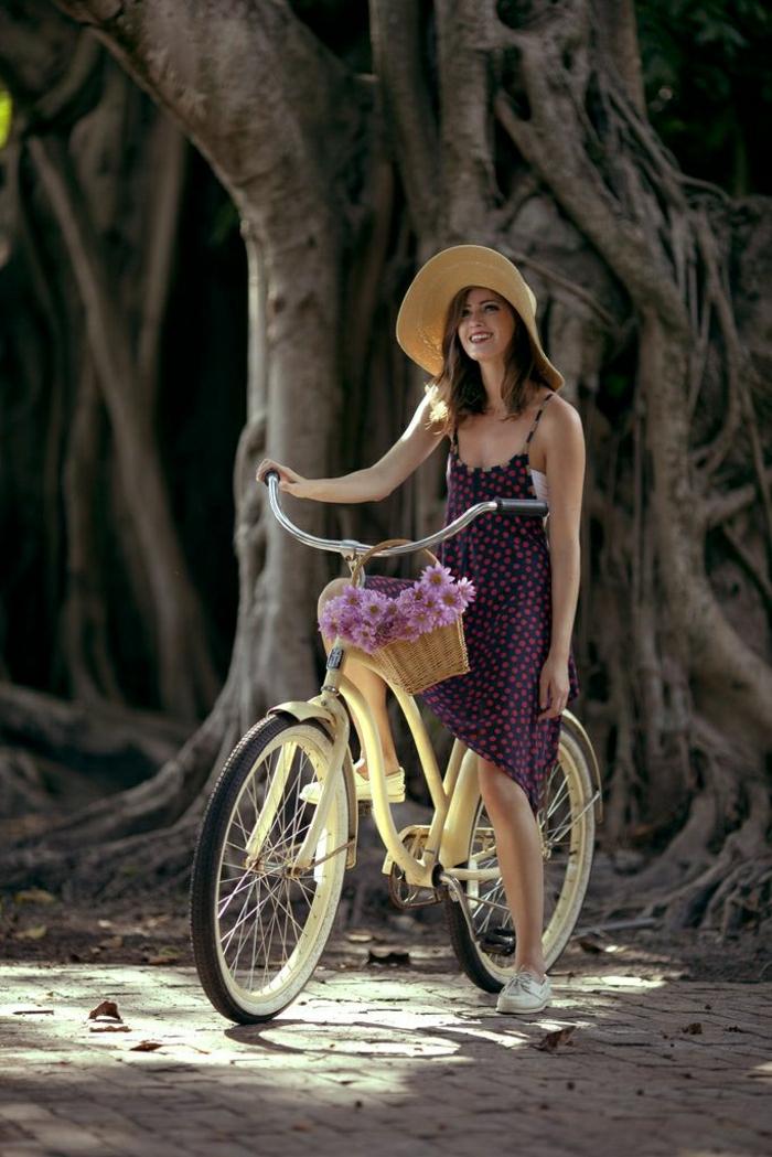 vintage-Fahrrad-beige-Korb-Blumen-Mädchen-Strohhut-Baum
