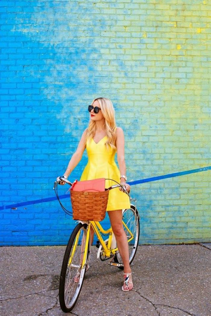 vintage-Fahrrad-gelb-Korb-Tasche-Mädchen-gelbes-Kleid-Sonnenbrille-bunte-Ziegelwand