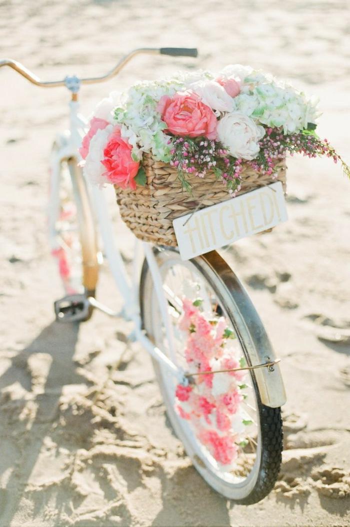 vintage-Fahrrad-weiß-Blumen-Dekoration-Korb-Aufschrift-Sand-Strand