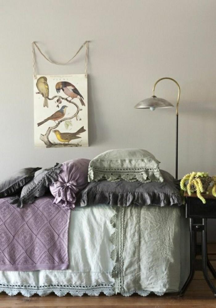 vintage-Schlafzimmer-Bettwäsche-Pastellfarben-lila-beige-Leuchte-Vögelbild