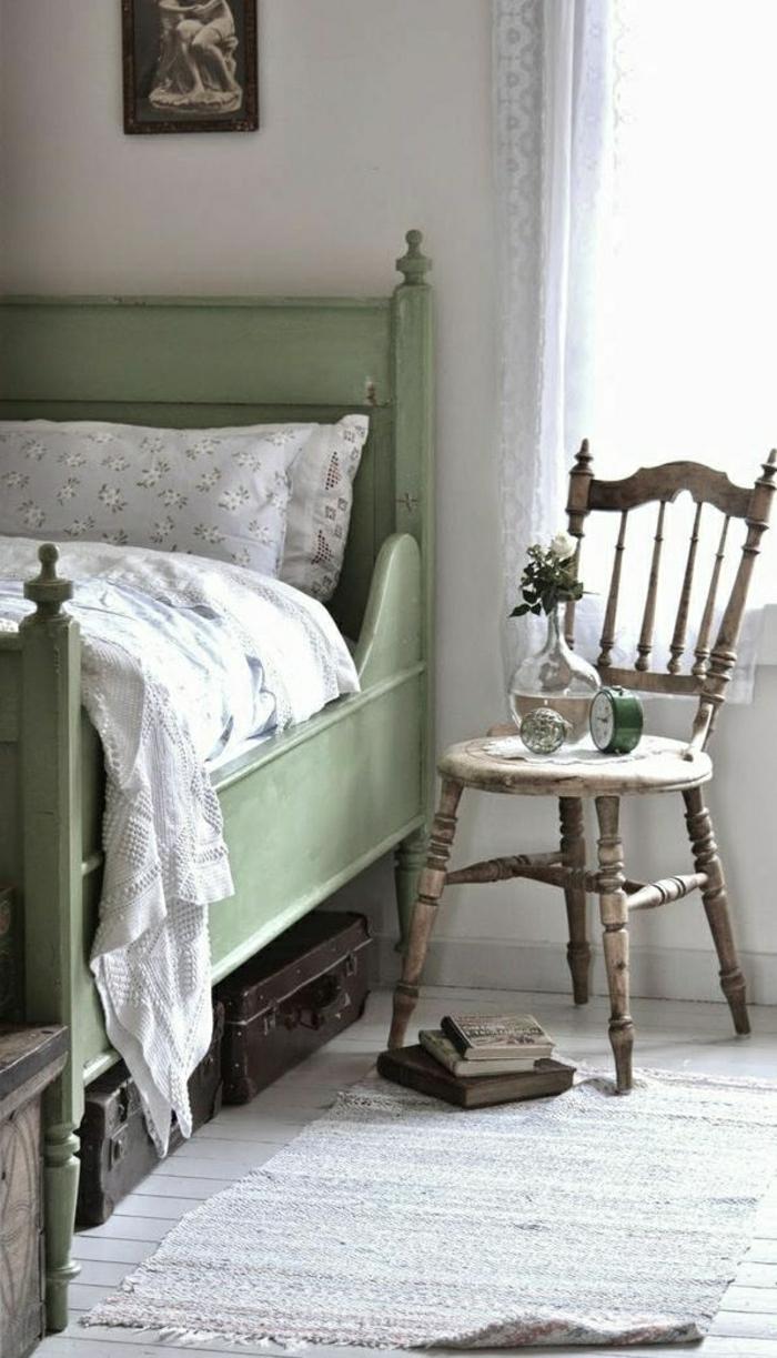 vintage-Schlafzimmer-skandinavischer-Stil-grünes-Bett-Wecker-Vase-altmodischer-Stuhl