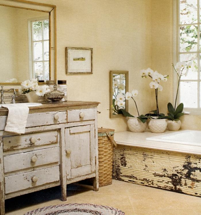 vintage bad mit einem weißen schrank und spiegel