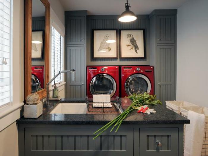 waschküche-einrichten-bilder-an-der-wand-dunkle-gestaltung