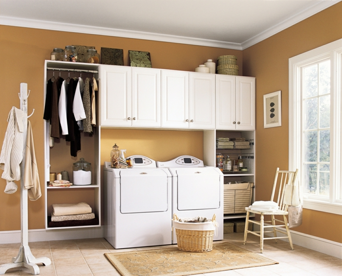 waschküche-einrichten-elegante-weiße-schränke-und-großes-fenster
