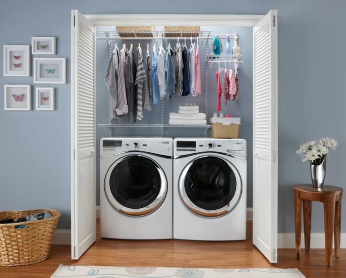 waschküche-einrichten-hängende-klamotten-über-den-waschmaschinen