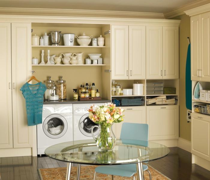 waschküche-einrichten-runder-tisch-im-mitte-des-zimmers