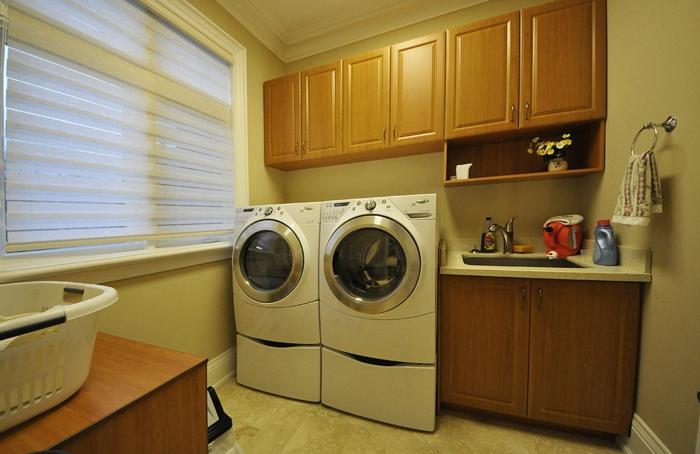 waschküche-einrichten-schränke-aus-holz-über-den-waschmaschinen