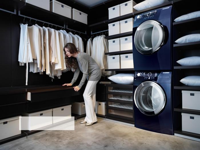 waschküche-einrichten-schwarze-gestaltung-hängende-kleider