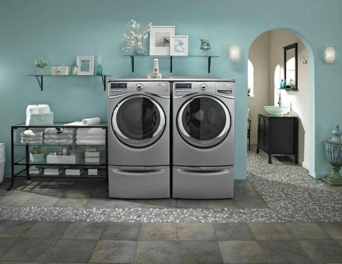 waschküche-einrichten-silberne-waschmaschinen-blaue-wandgestaltung