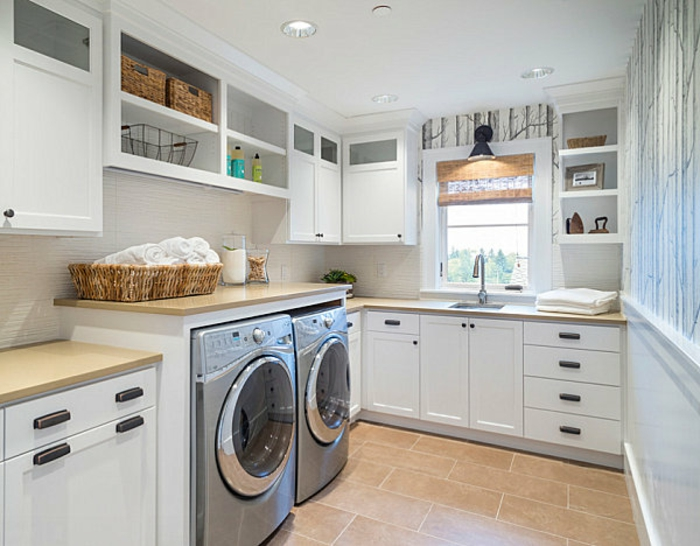 waschküche-einrichten-weiße-schränke-mit-schubladen