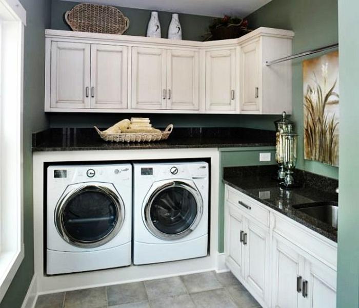 waschküche-einrichten-zwei-moderne-waschmaschinen-schränke-darüber
