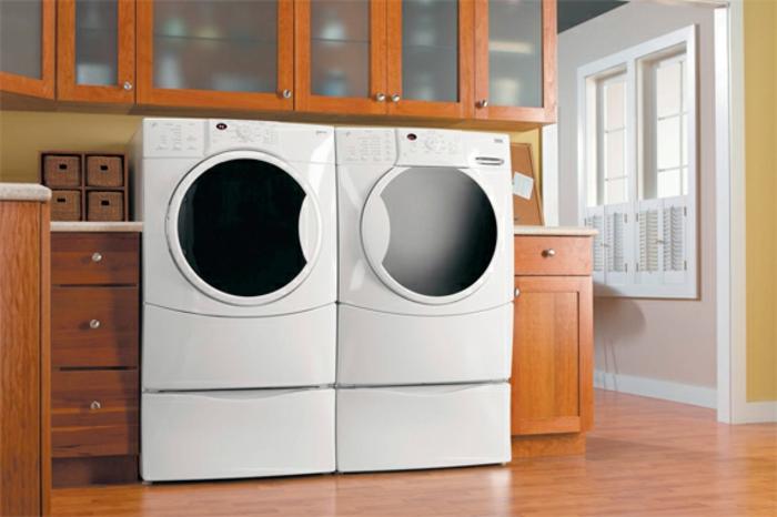 waschküche-einrichten-zwei-sehr-moderne-waschmaschinen-hölzerne-schränke