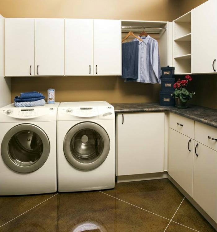 waschküche-einrichten-zwei-waschmaschinen-viele-regale