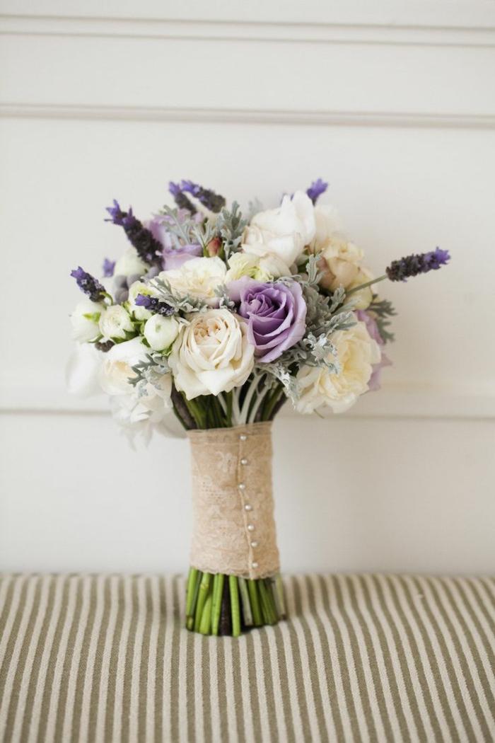 blumenstrauß-weiße-únd-lila-rosen-blumensträuße-mit-wunderschönen-blumen-dekoration-deko-mit-blumen