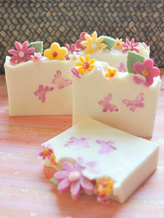 weiße-Naturseifen-Dekoration-Blumen-Schmetterlinge