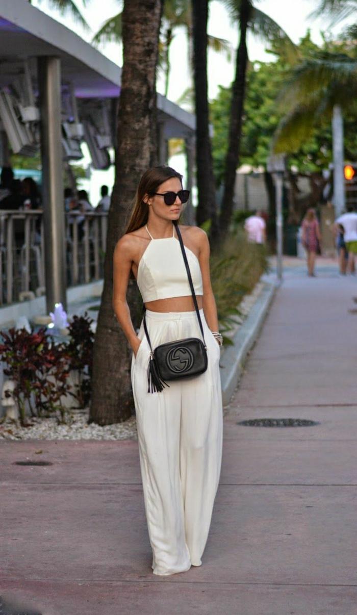 weiße-Sommerkleider-Top-breite-Hosen-Sonnenbrille-kleine-schwarze-Tasche