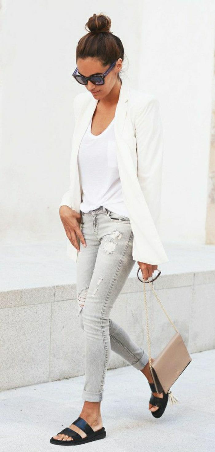 weiße-T-Shirt-Sakko-Jeans-Sandalen