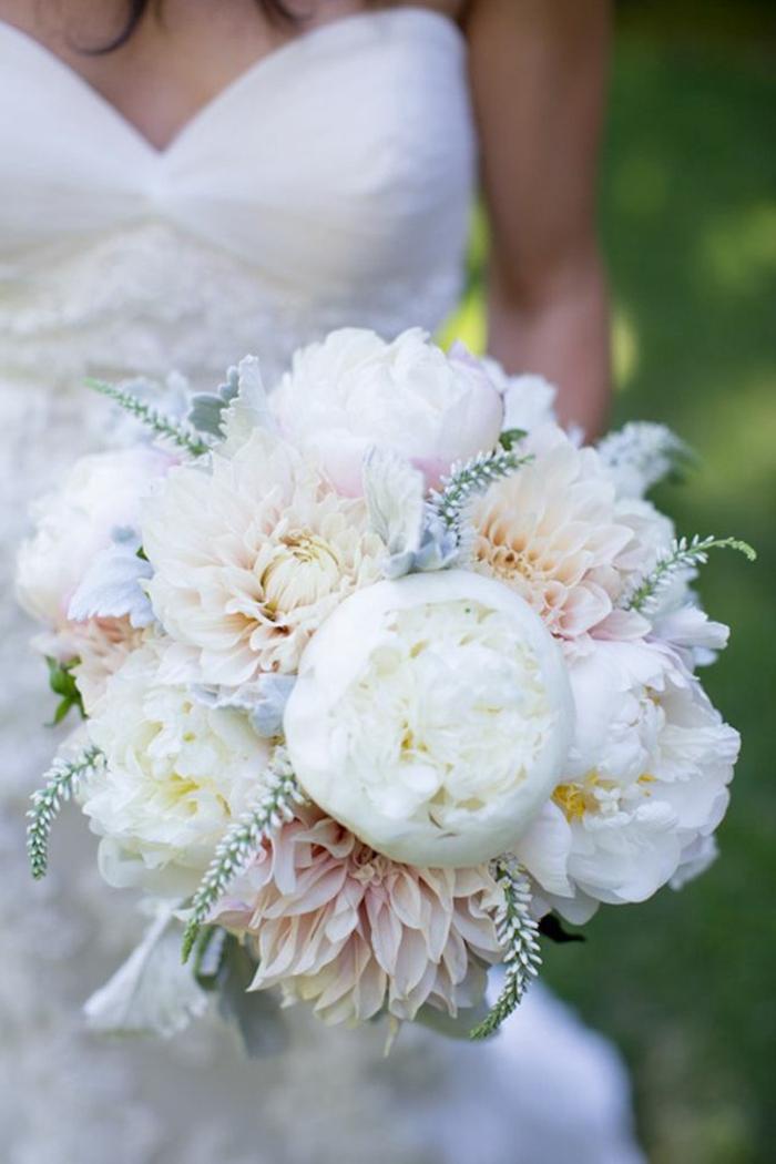 weiße-blumensträuße-mit-wunderschönen-blumen-dekoration-deko-mit-blumen-hochzeitsstrauß-brautstrauß-brautsträuße-