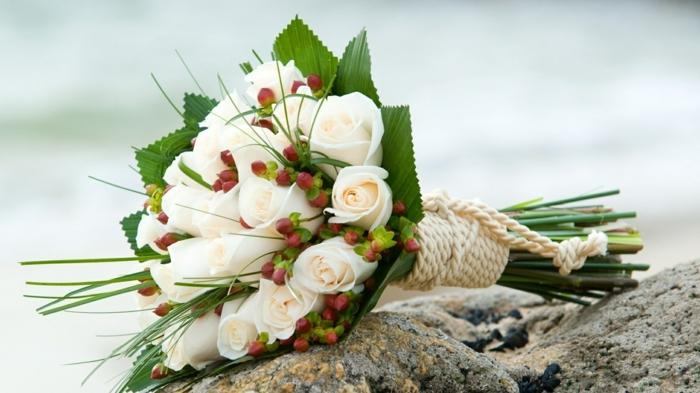 weiße-rosen-blumenstrauß-mit-wunderschönen-blumen-dekoration-deko-mit-blumen Blumensträuße