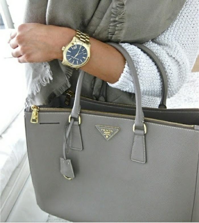 weißer-Pullover-graues-Halstuch-Prada-Tasche-perfekte-Kombination
