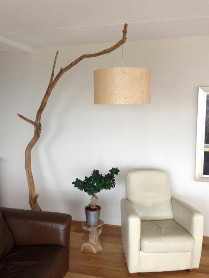 weißer-sessel-und-bogenlampen-schönes-design