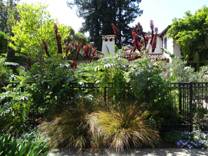 weißes-Haus-Garten-mediterran-Sträuche-Blumen-Zaun
