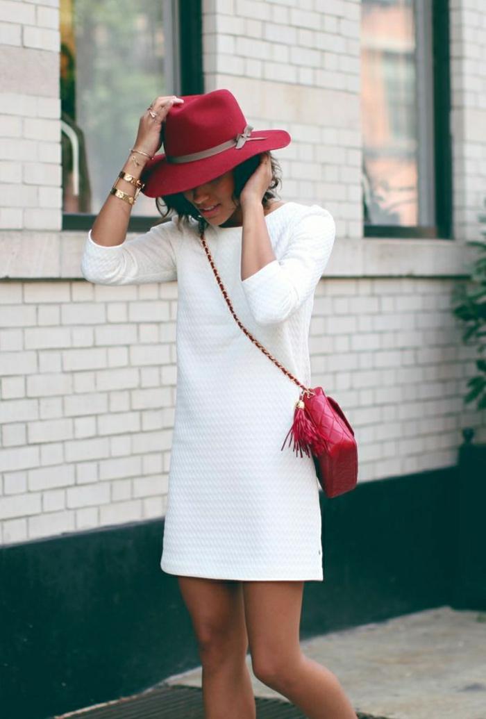 weißes-Kleid-roter-Hut-Tasche-Akzent