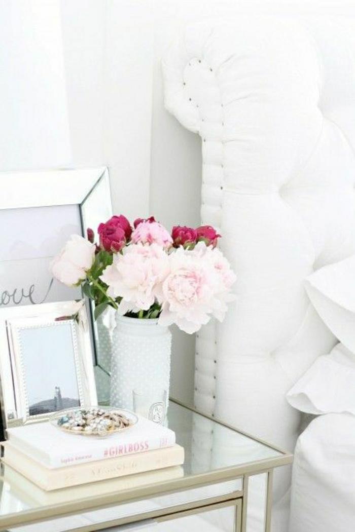 weißes-Schlafzimmer-Nachttisch-Blumen-Bücher