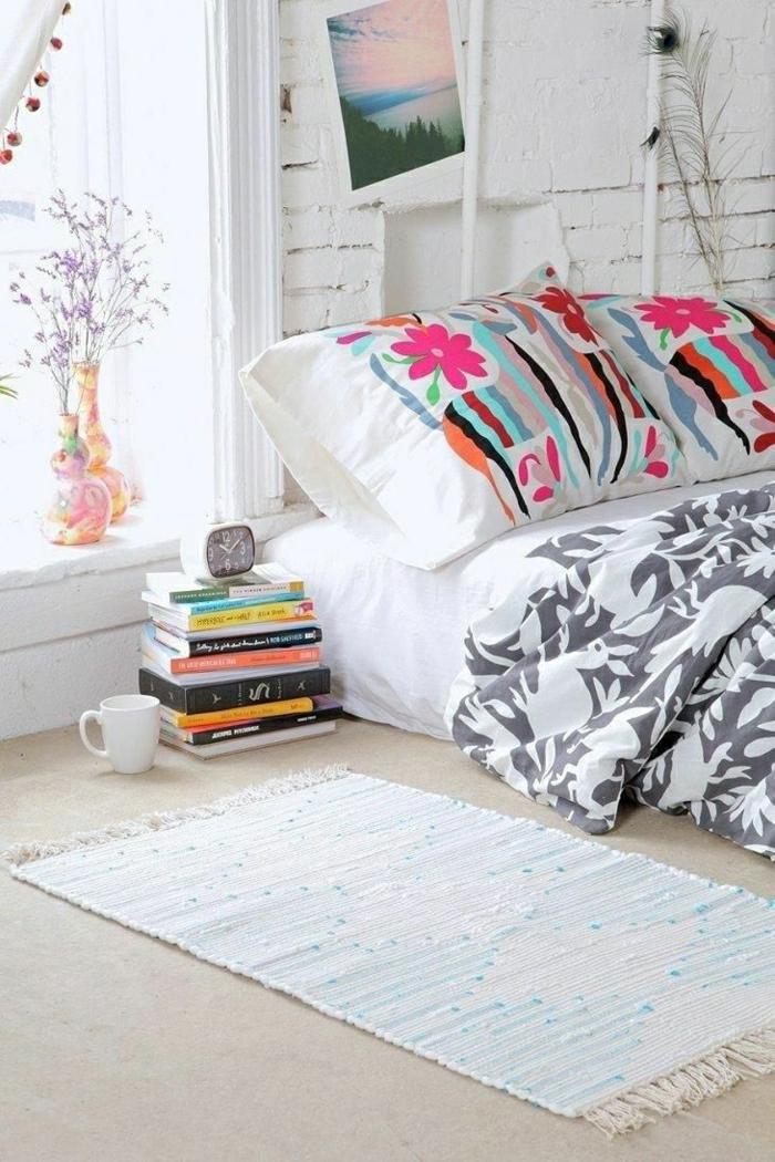 weißes-Schlafzimmer-Ziegelwände-Bild-Vasen-Kaffeetasse-Bücher-Kissen-lustige-Muster-Bettwäsche-grau-weiß-Tieren-Muster