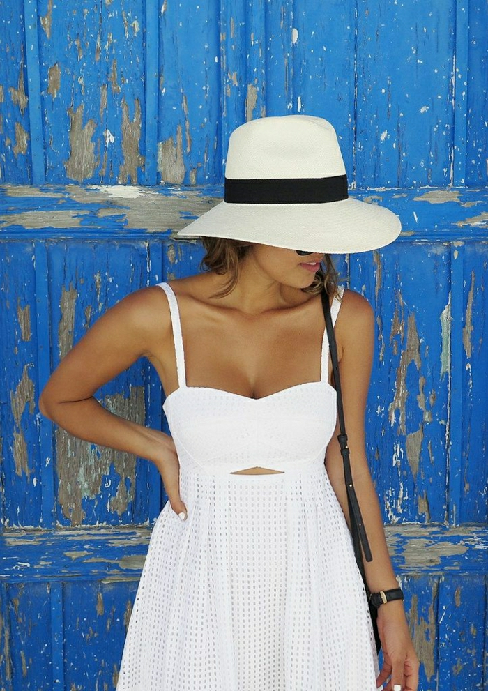 weißes-Sommerkleid-Hut-Band-Reise-Urlaub