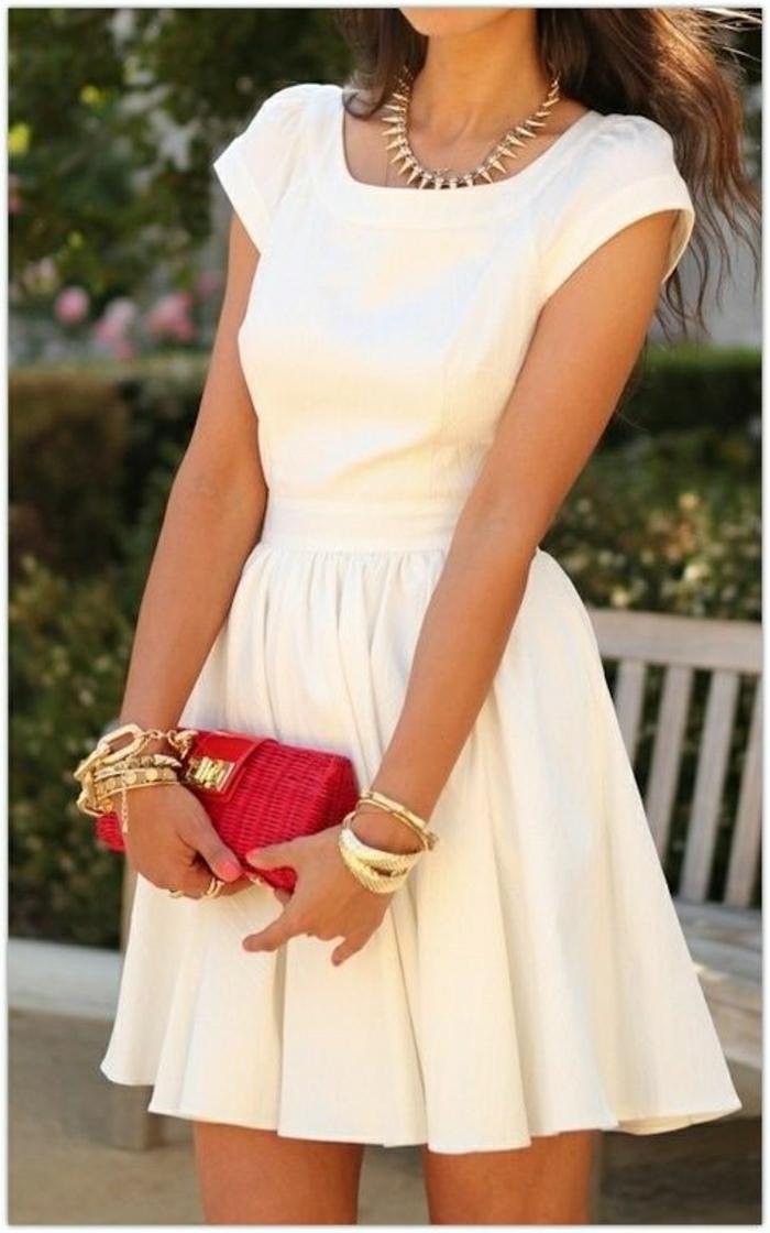 weißes-Sommerkleid-elegant-goldener-Schmuck-roter-Clutch