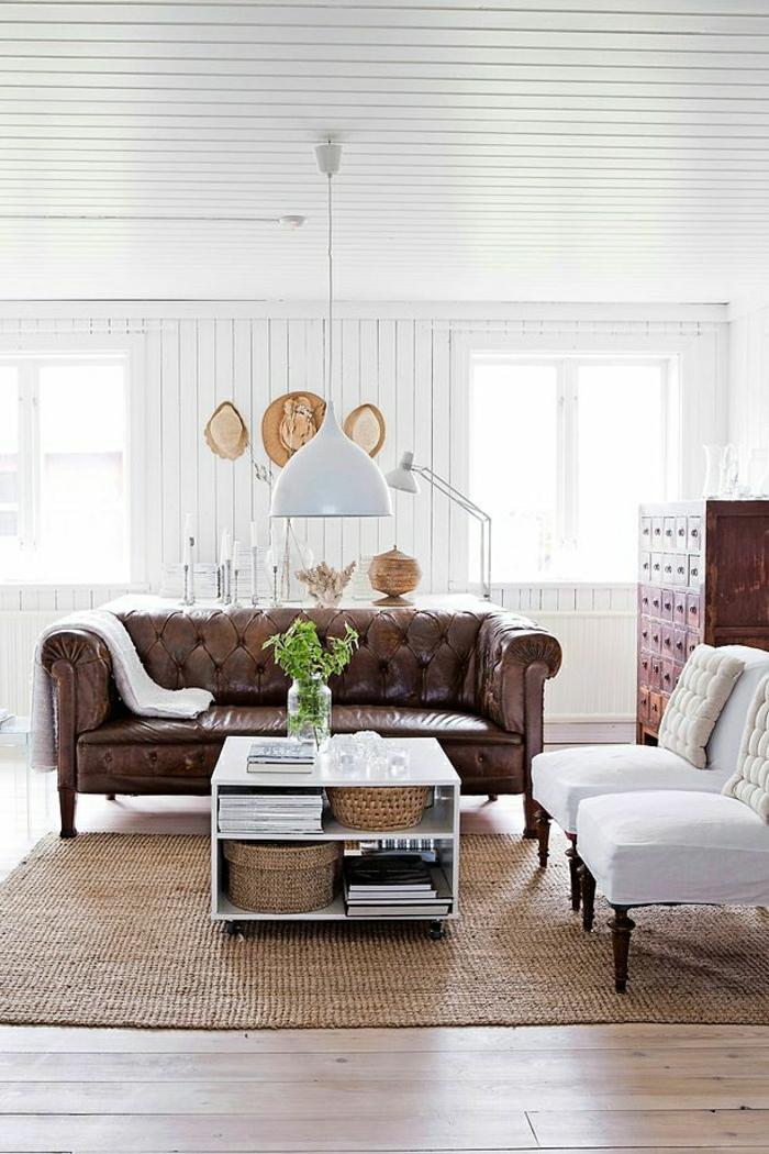 weißes-Wohnzimmer-Rattan-Teppich-Strohhüte-Chesterfield-Sofa-weiße-Sessel