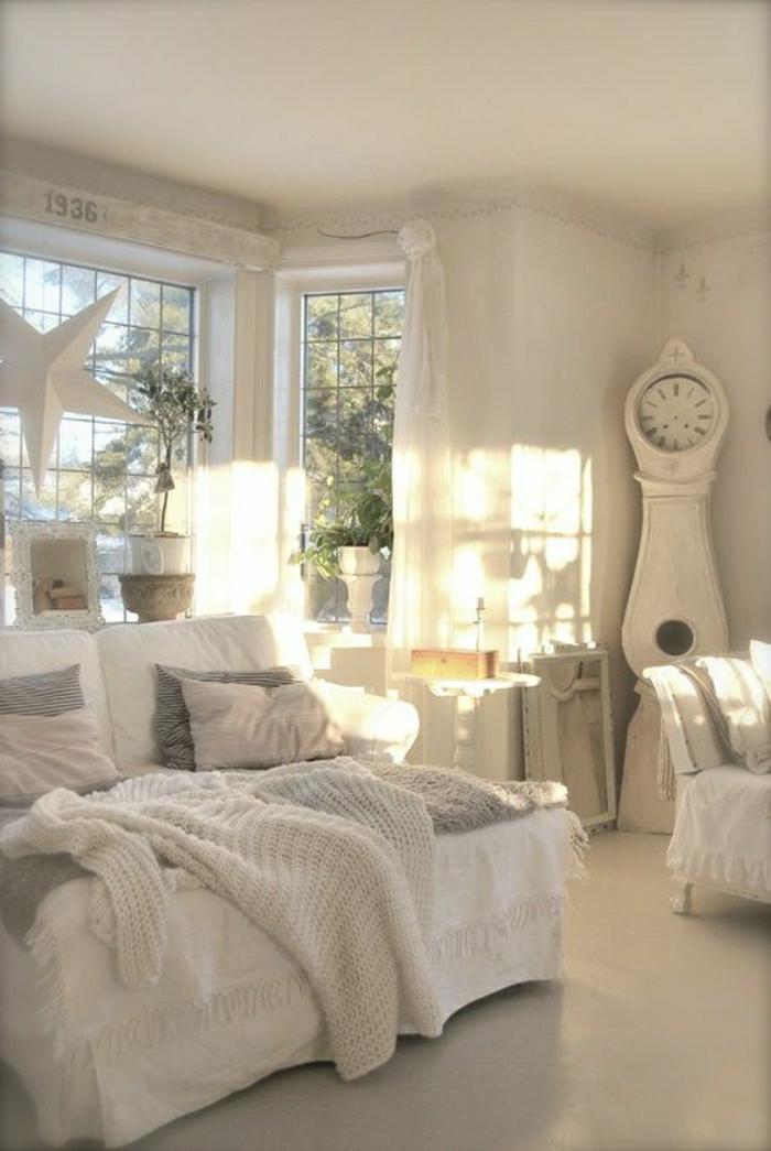 weißes-Wohnzimmer-hell-gemütlich-Schlafdecke-Stern-Dekoration