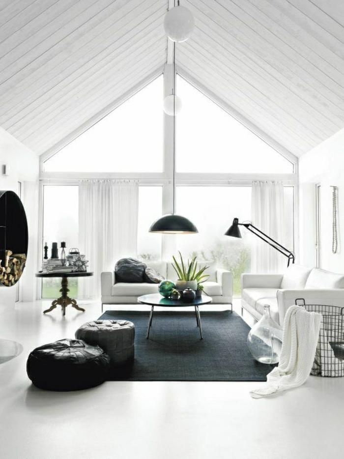 weißes-Wohnzimmer-schwarze-Möbel-Kontrast-Hölzer-Hocker-Sofas-Wäschekorb-hängende-Leuchten