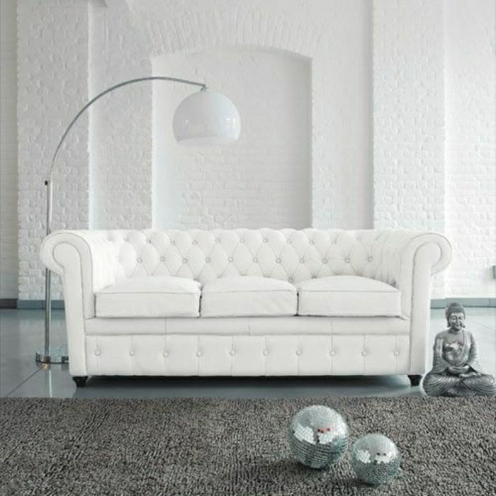 weißes-Zimmer-Disko-Bälle-Buddha-Statue-weißes-Chesterfield-Sofa