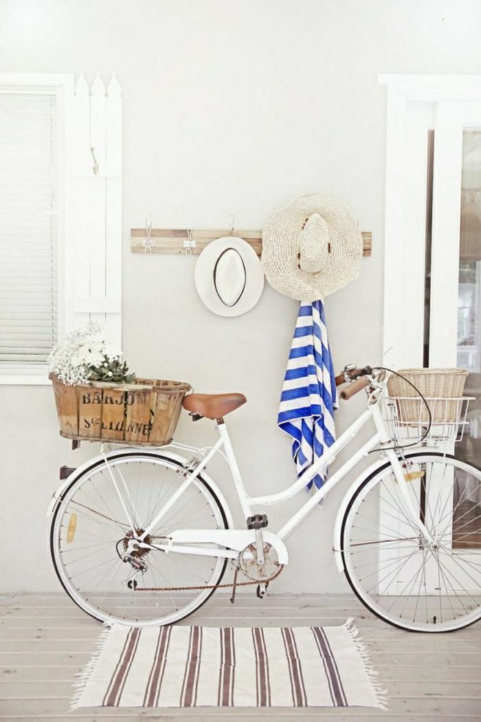 weißes-vintage-retro-Fahrrad-zwei-Körbe-Blumen-Strohhüte-Tuch