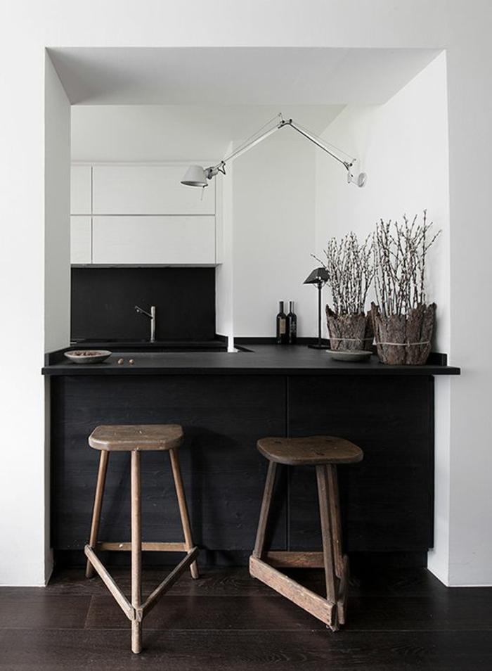 wohnideen-in-schwarz-und-weiß - kleine küche barhocker