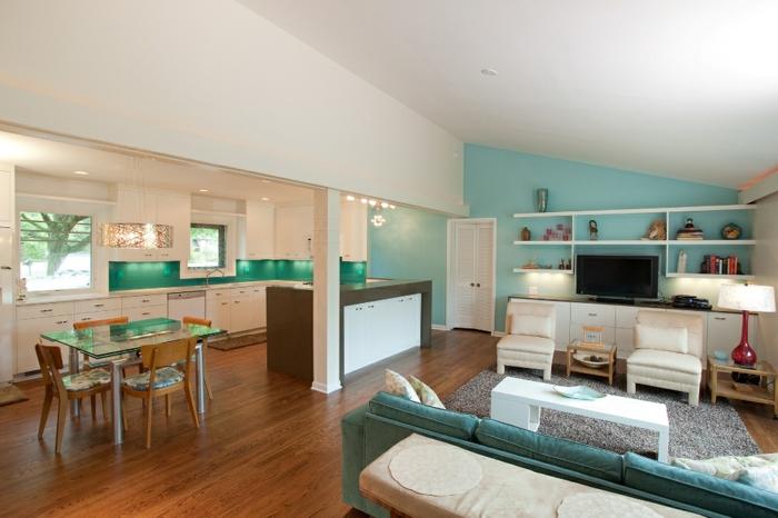 wohnzimmer-mit-küche-blaue-wand-als-alzent