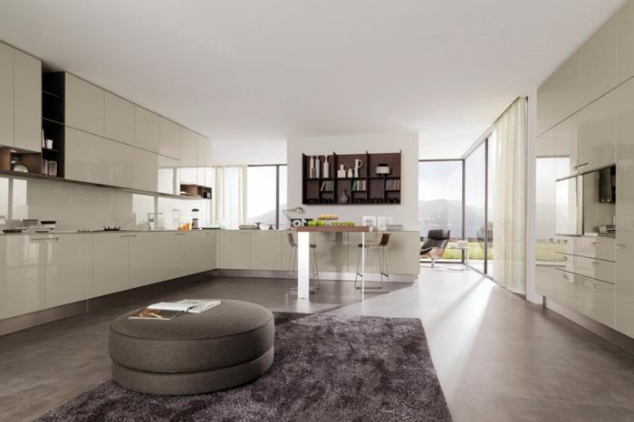 wohnzimmer-mit-küche-großer-innenraum-weiße-ausstattung