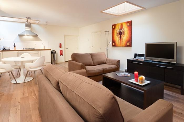 wohnzimmer küche design: einfaches Beispiel für schöne Ausstattung vom Wohnzimmer mit Küche