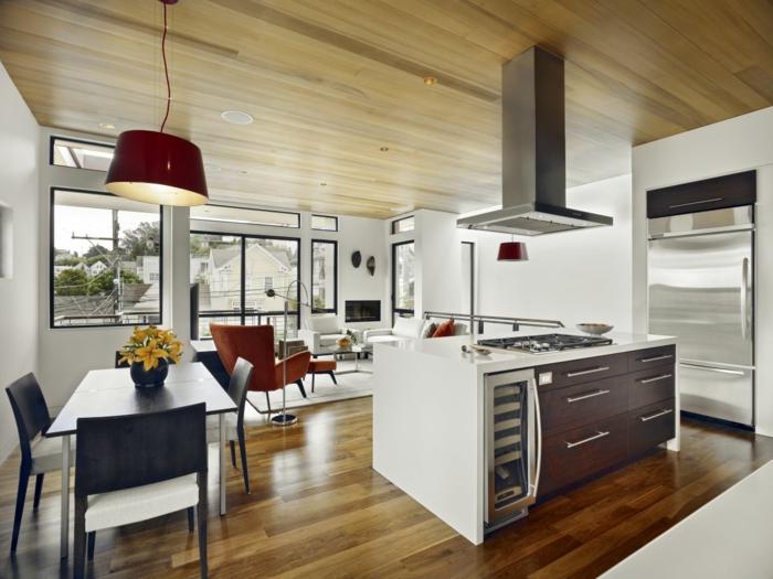 wohnzimmer-mit-küche-weißer-kochinsel-wände-aus-glas